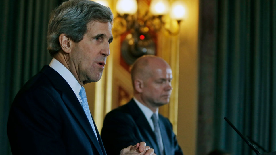 US Secretary of State John Kerry, left, answers a reporter's question during a joint news conference with Britain's Foreign Secretary William Hague, right, following their meeting in central London, Monday, Feb. 25, 2013. (AP Photo / Lefteris Pitarakis, pool)