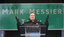 "Mark Messier expresses his gratitude to fans, after the unveiling ""Mark Messier Trail"", a newly named Edmonton Alta. road, on Monday, February 26, 2007. (CP PHOTO/John Ulan)"