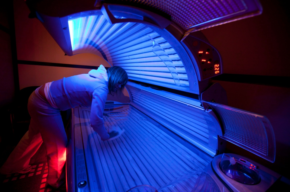 Young teen in tanning bed — 5