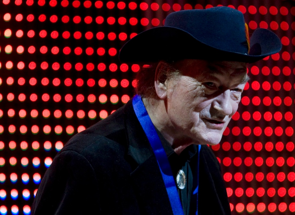 Canadian music legend Stompin' Tom Connors receives the Lifetime Achievement Award at the 20th Annual SOCAN Awards gala in Toronto Monday, Nov. 23, 2009. (Darren Calabrese / THE CANADIAN PRESS)