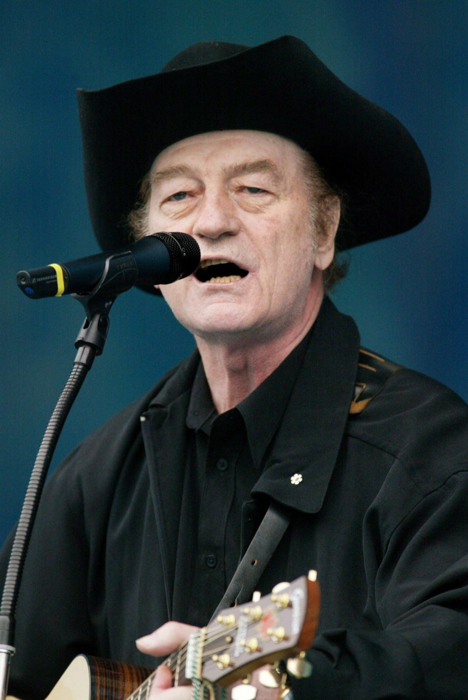 Stompin' Tom Connors performs at Live from Rideau Hall, a concert held at Rideau Hall in Ottawa Sunday, June 16, 2002 (Jonathan Hayward / THE CANADIAN PRESS)