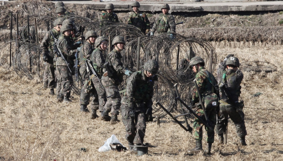 South Korean Army soldiers set up barbed wire fence during an exercise against possible attacks by North Korea near the border village of Panmunjom in Paju, South Korea, Monday, March 11, 2013. (AP / Ahn Young-joon)