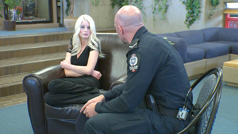 In a staged scenario, an EPS officer and an actor demonstrate a good way to handle a person with a mental illness - using empathy, good body language and by connecting with the person.