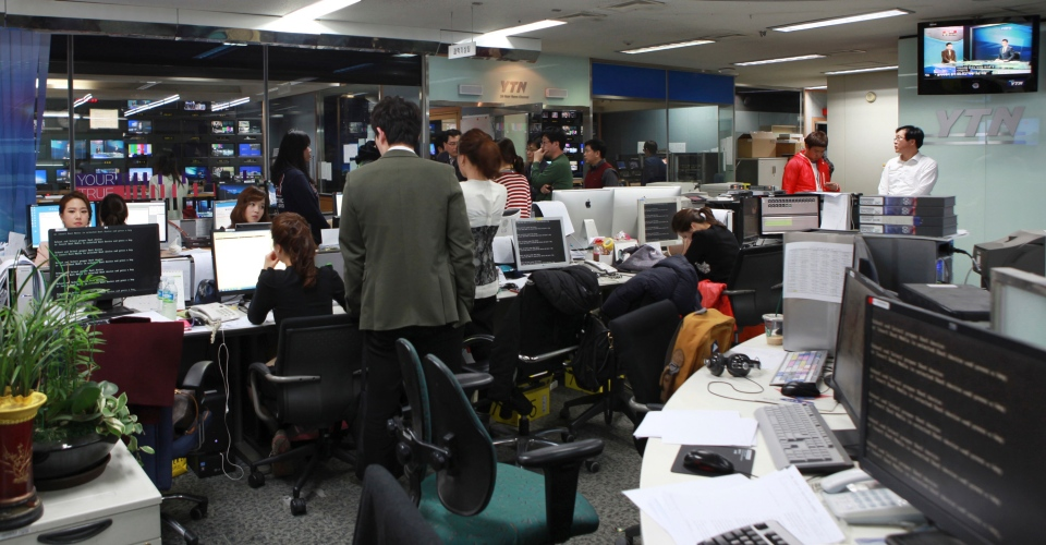 Employees react at the newsroom of the all-news cable channel YTN as the broadcaster's computer network was paralyzed in Seoul, South Korea, Wednesday, March 20, 2013. (Yonhap)