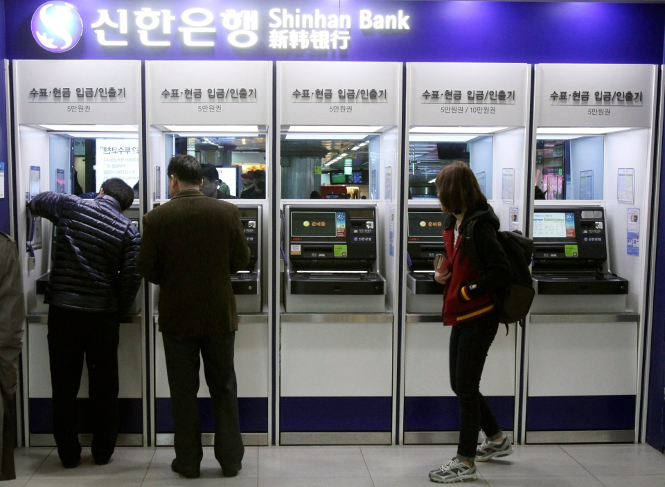 Depositors try to use automated teller machines of Shinhan Bank while the bank's computer networks are paralyzed at a subway station in Seoul, South Korea, Wednesday, March 20, 2013. (AP / Ahn Young-joon)