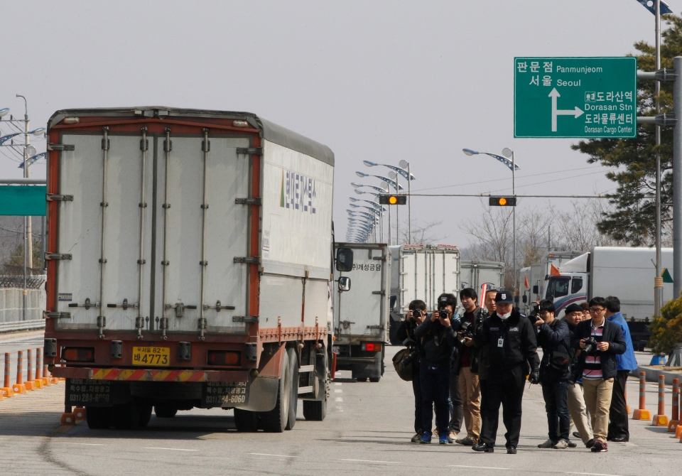 South Korean vehicles turn back their way as they were refused for entry to North Korea's city of Kaesong, at the customs, immigration and quarantine office in Paju, South Korea, near the border village of Panmunjom, Wednesday, April 3, 2013. (AP / Ahn Young-joon)