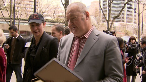 Actor Randy Quaid examines his Vancouver Film Critics Circle award alongside his wife Evi on Feb. 23, 2011. (CTV)