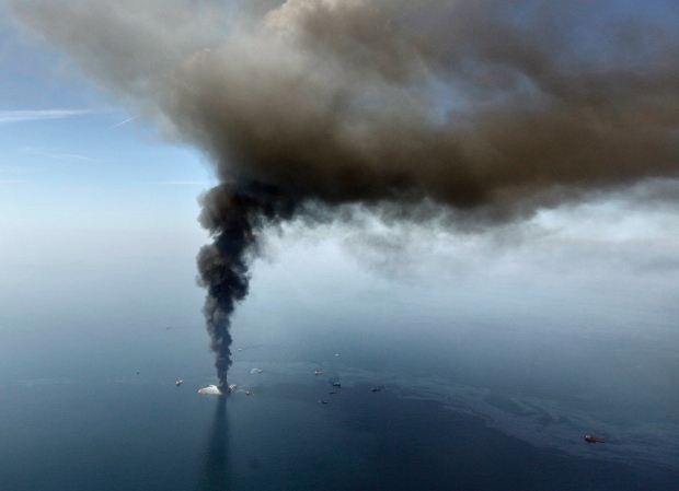 Deepwater Horizon oil rig burns