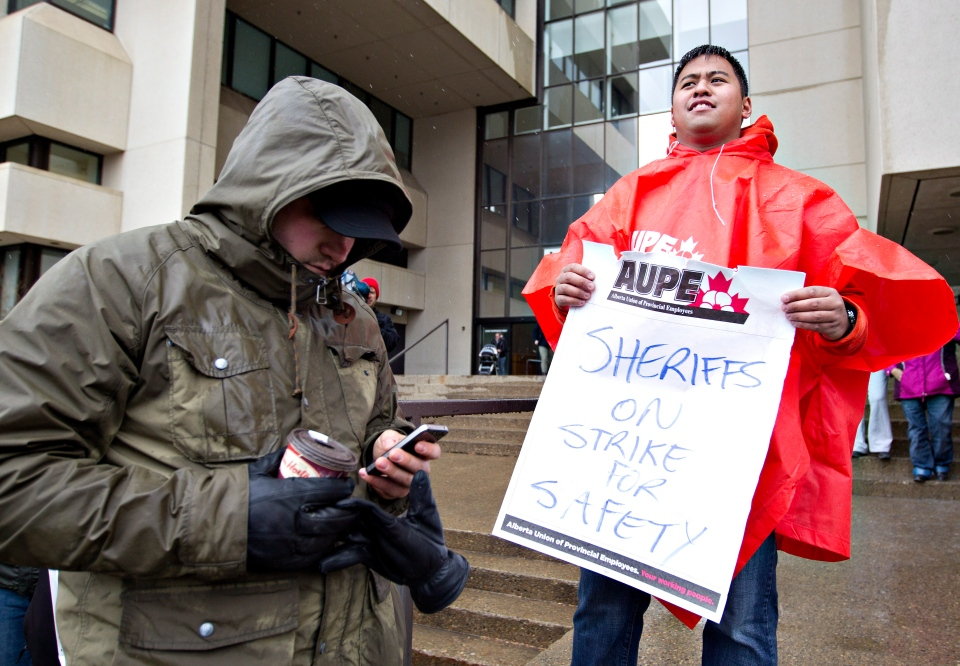 Alberta sheriffs take part in a strike as they joined correction guards, setting up a picket line outside the Edmonton courthouse, in Edmonton, Monday April 29, 2013. (Jason Franson / THE CANADIAN PRESS)