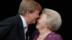Dutch King Willem-Alexander kisses his mother Princess Beatrix as Queen Maxima looks on from the balcony of the Royal Palace in Amsterdam, The Netherlands, Tuesday April 30, 2013. (AP / Dusan Vranic)