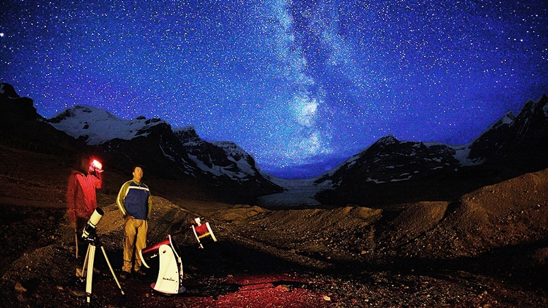 Yuichi Takasaka (left) and Peter McMahon stargazing at the foot of the Athabasca Glacier, Columbia Icefield, Jasper National Park. (Yuichi Takasaka / blue-moon.ca)