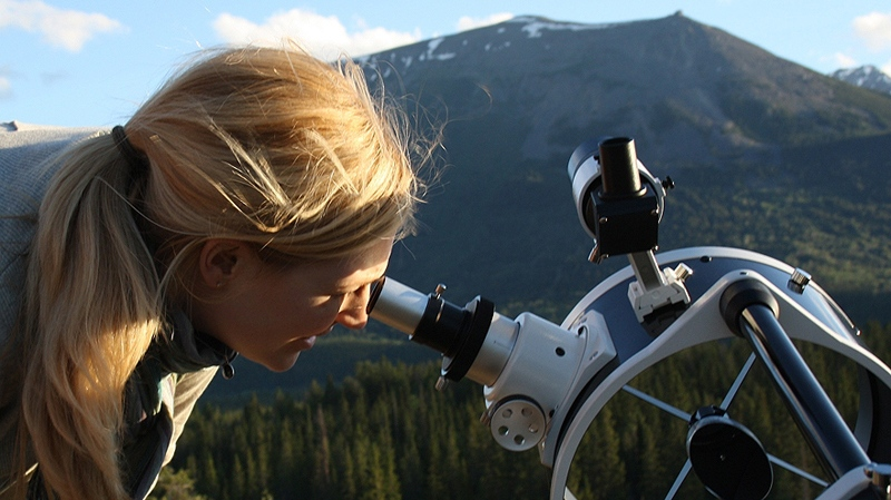 Moon-gazing on top of Old Fort Point, Jasper National Park. (Peter McMahon / wildernessastronomy.com)
