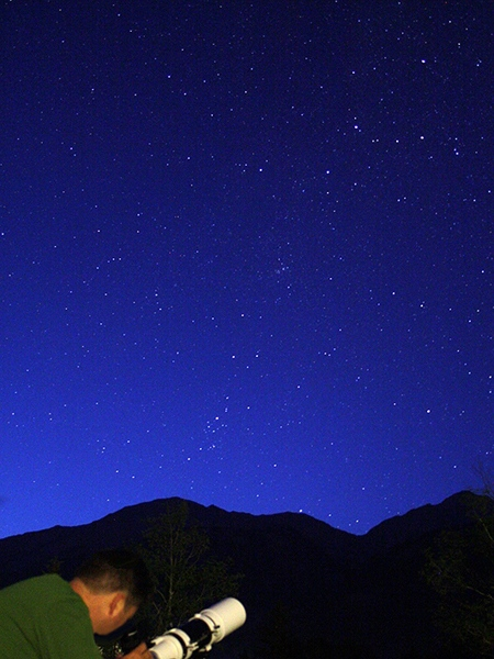 Stargazing at dusk at a the Palisades field, Jasper National Park. (Peter McMahon / wildernessastronomy.com)