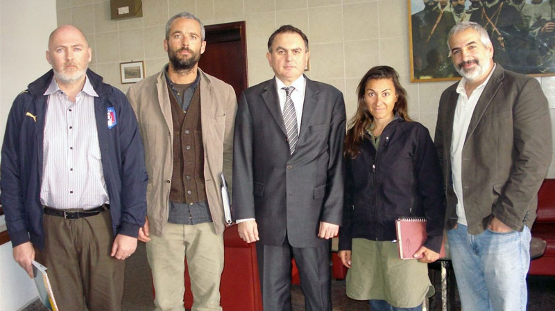 From left to right, New York Times journalists Stephen Farrell, Tyler Hicks, Ambassdor Levent Sahinkaya, Lynsey Addario and Anthony Shadid pose at the Turkish Embassy in Tripoli, Libya on March 21, 2011.  (AP / Turkish Ministry of Foreign Affairs)