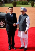 Indian Prime Minister Manmohan Singh, right, shakes hands with Chinese Premier Li Keqiang on his arrival at the Indian Presidential palace for his ceremonial reception in New Delhi, India, Monday, May 20, 2013.. (AP / Saurabh Das)