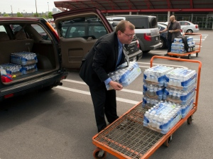 Sean Lynch Staunton stocks up on water for his hotel, in Montreal, Wednesday, May 22, 2013. (Ryan Remiorz / THE CANADIAN PRESS)