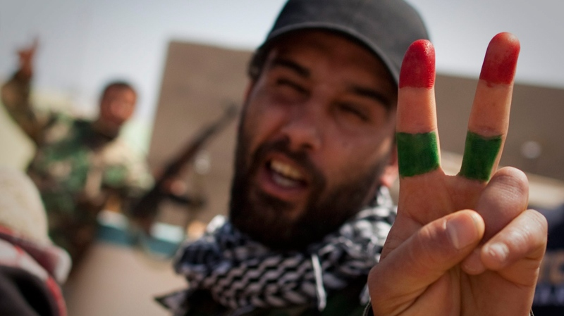 A Libyan rebel has the rebel flag painted on his fingers as he flashes the victory sign on the frontline outside of Bin Jawaad, 150 km east of Sirte, central Libya, Monday, March 28 2011. (AP / Anja Niedringhaus)