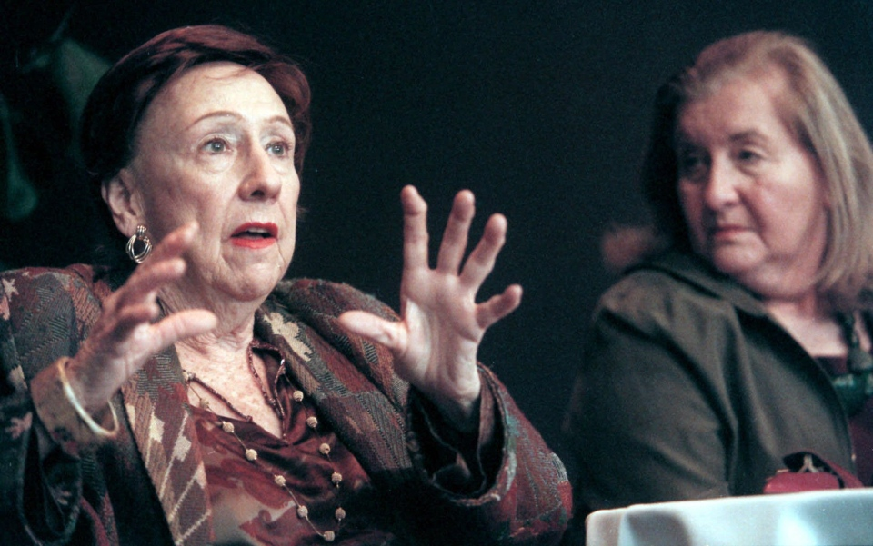 Actress Jean Stapleton, left, answers questions at a news conference at Syracuse Stage on E. Genesee Street in Syracuse, N.Y., as author Rhoda Lerman listens Wednesday, Nov. 1, 2000. (AP / Peter R. Barber)