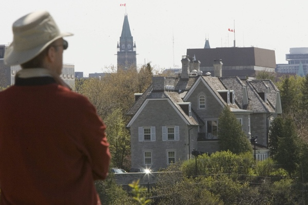 A tourist looks towards the Prime Minister's residence at 24 Sussex Drive in Ottawa, Tuesday, May 6, 2008. (Tom Hanson / THE CANADIAN PRESS)