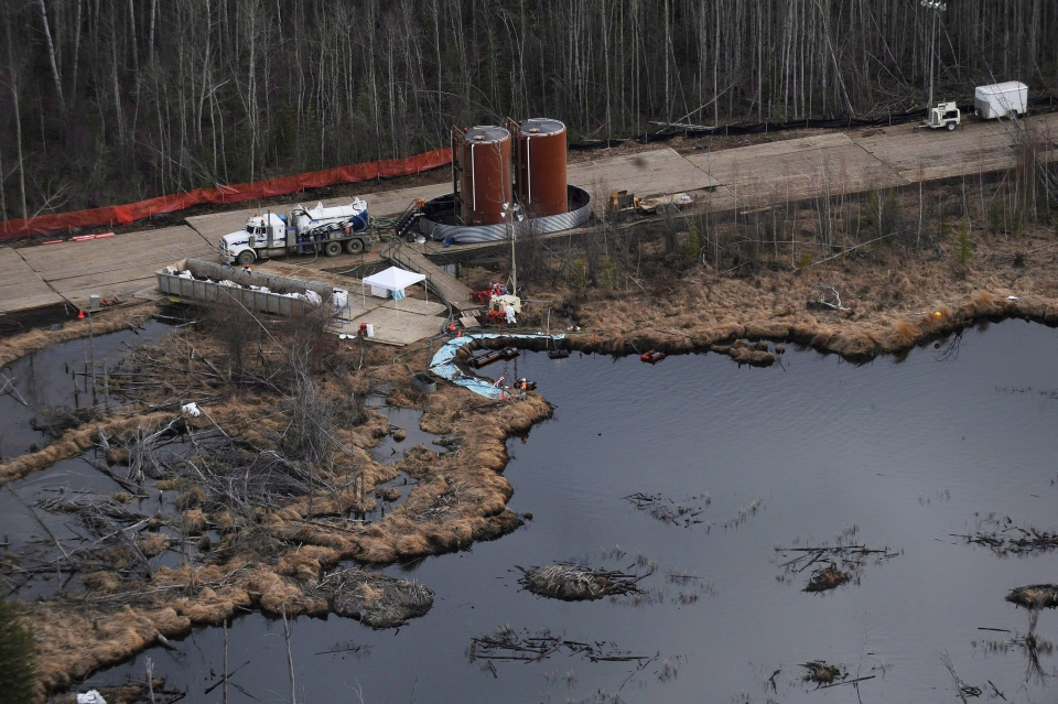 Crews cleanup a pipeline break northeast of Peace River, Alta. on May 4, 2011.(Ian Jackson / THE CANADIAN PRESS)