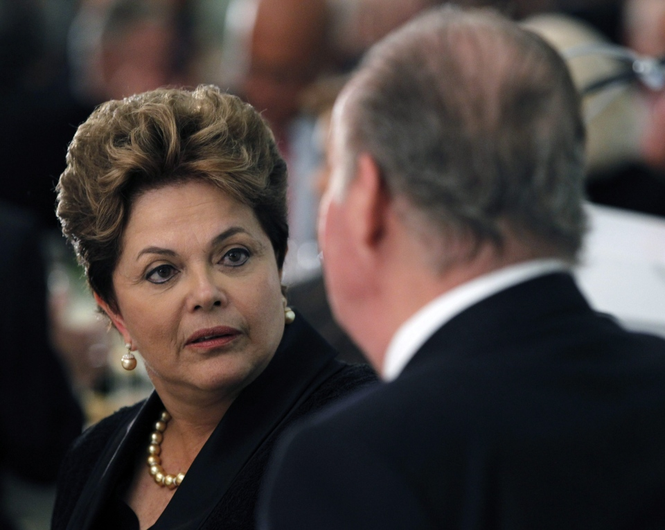 Brazil's President Dilma Rousseff talks with Spain's King Juan Carlos at a dinner during the 22nd Iberoamerican summit in Cadiz, Spain, Friday Nov. 16, 2012.(AP / J.J. Guillen,Pool)