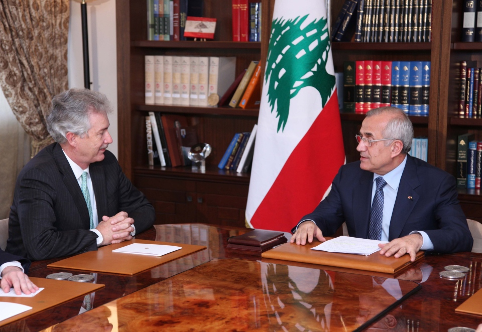 Lebanese President Michel Suleiman, right, meets with U.S. Deputy Secretary of State William Burns at the presidential palace in Baabda, east of Beirut, Lebanon, Monday, July 1, 2013 in this photo released by Lebanon's government (Dalati Nohra)