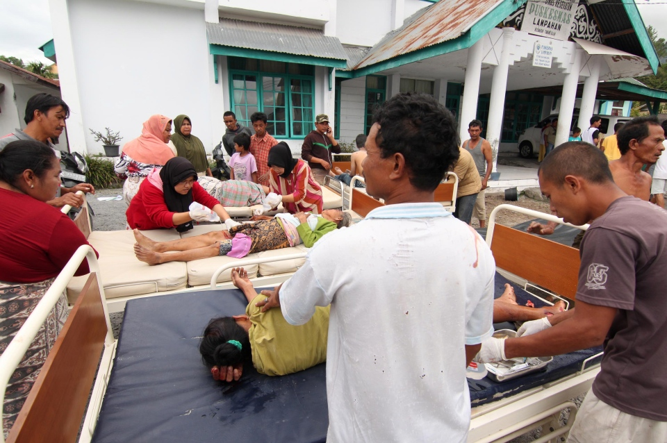 Earthquake victims receive medical treatment outside a community health center in Bener Meriah, Aceh province, Indonesia, Tuesday, July 2, 2013.  (AP / Ahmad Ariska)