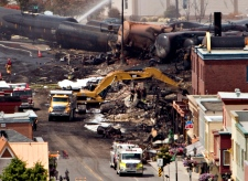 Searchers dig  for victims  in Lac-Megantic, Que