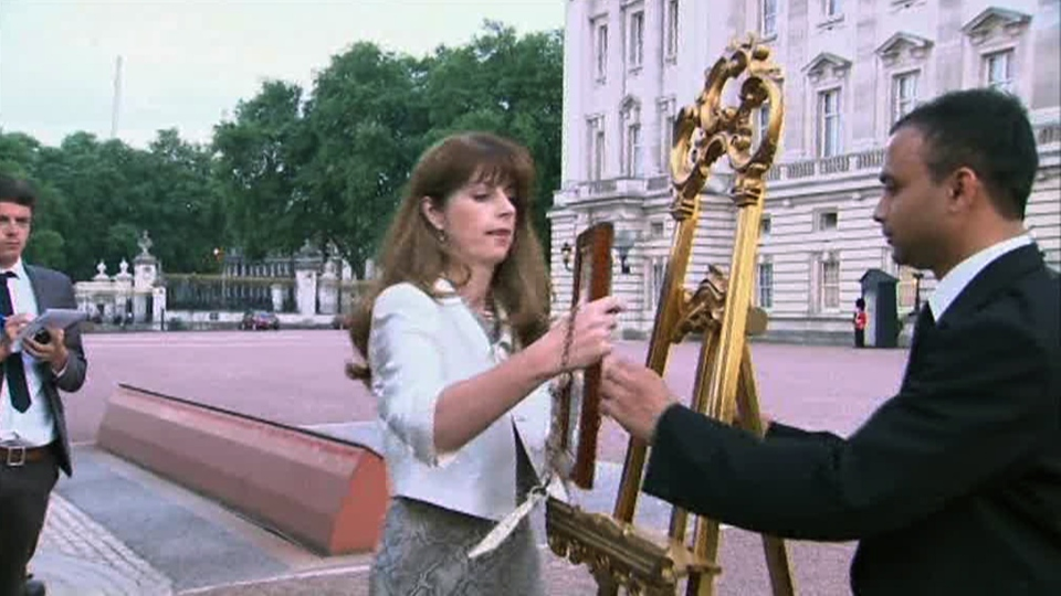 The official announcement of the birth of the son of the Duke and Duchess of Cambridge is posted at the gates of Buckingham Palace in London, Monday, July 22 2013. (APTN)
