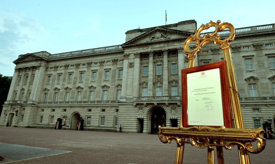 An easel stands in the forecourt of Buckingham Palace in London carrying an official document to announce the birth of a baby boy, at 4:24 p.m. to the Duke and Duchess of Cambridge at St Mary's Hospital, Monday July 22, 2013.  (AP / John Stillwell, Pool)