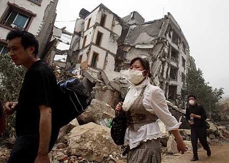 Earthquake survivors evacuate the disaster area in Beichuan County, Sichuan province, China on Saturday, May 17, 2008. (AP Photo/Andy Wong)