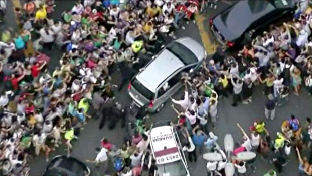 Wrong turn in Pope's car leads to mob scene