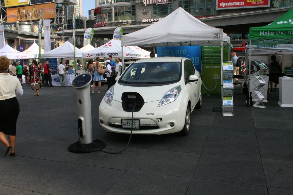 Nissan demonstrates how the Nissan Leaf charges up (Brent Jamieson/CTVNews.ca)