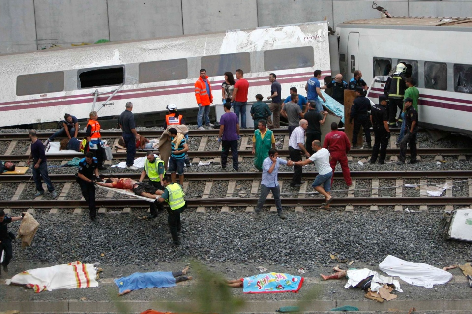 Emergency personnel respond to the scene of a train derailment in Santiago de Compostela, Spain, Wednesday, July 24, 2013. (AP / El correo Gallego / Antonio Hernandez)