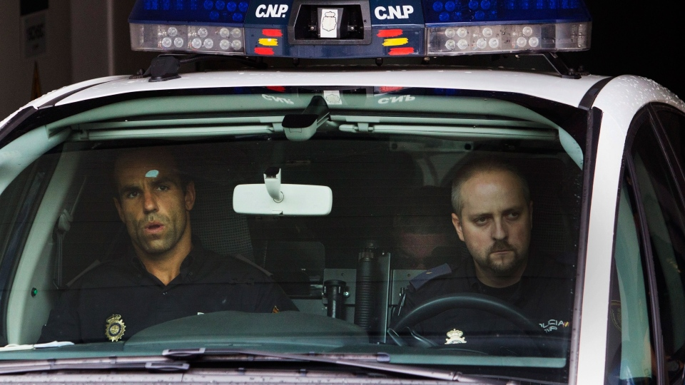 Police carry arrested train driver Francisco Jose Garzon Amo, centre, partly seen in the back seat, to testify in court in Santiago de Compostela, Spain, Sunday, July 28, 2013. (AP / Lalo R. Villar)