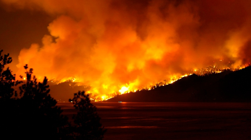 The Okanagan Mountain Park forest fire seen from Peachland, B.C., lights up the night sky Thursday, Aug. 21, 2003. (Richard Lam / THE CANADIAN PRESS)