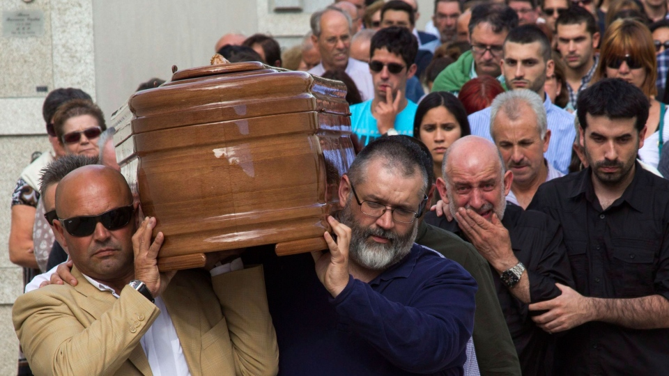 People carry the coffin of medical student Laura Naveiras Ferreiro, one of the train crash victim, during her funeral at the San Pedro de Visma cemetery in A Coruna, Spain, Saturday, July 27, 2013. (AP / Lalo R. Villar)