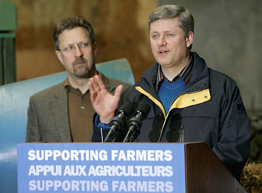 Prime Minister Stephen Harper, right, announces a one billion dollar commitment to national farm income programs along Agriculture Minister Chuck Strahl in Saskatoon, Sask. Friday, March 9, 2007. (CP / Geoff Howe)