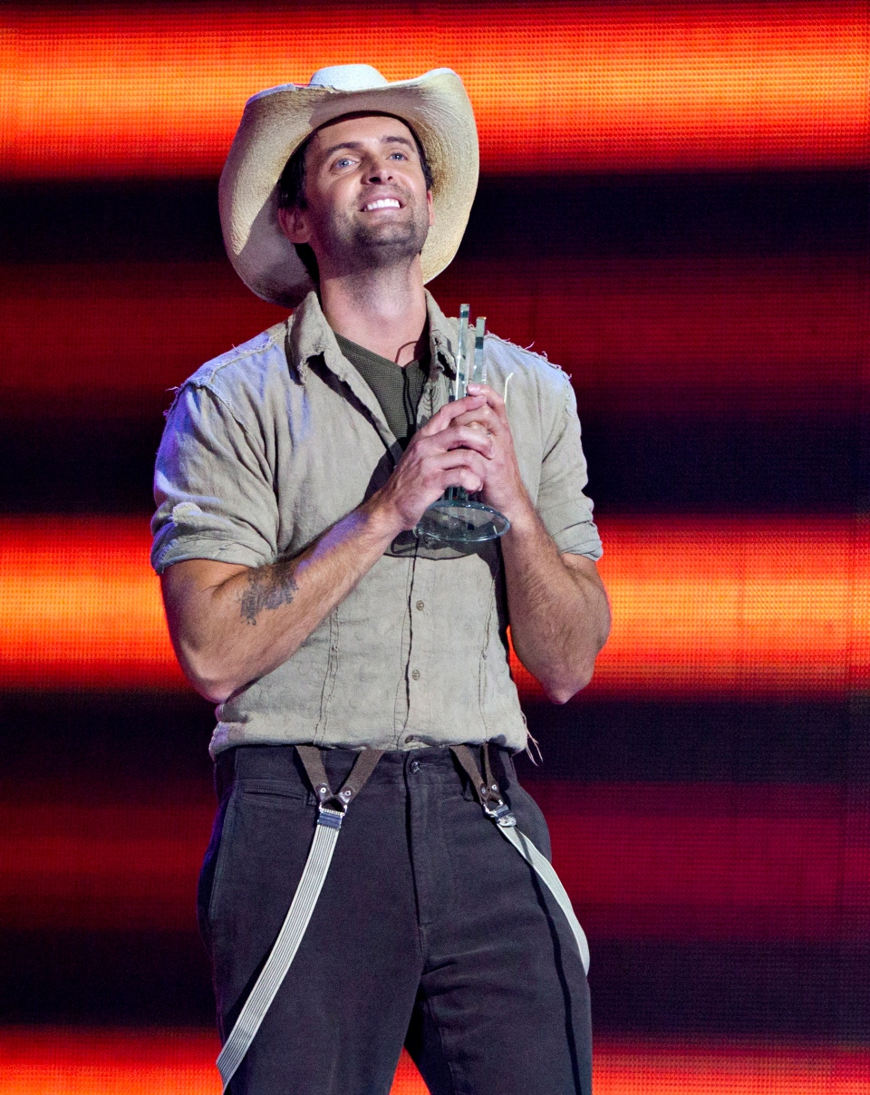 Dean Brody wins the Male Artist of the Year award during the Canadian Country Music Awards in Edmonton, on Sunday September 8, 2013. (Jason Franson / THE CANADIAN PRESS)