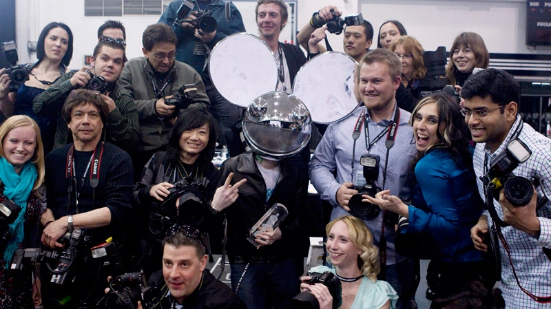 Deadmau5 poses with photographers after winning the dance recording of the year award at the Juno Awards in Toronto on Sunday, March 27, 2011. (Chris Young / THE CANADIAN PRESS)