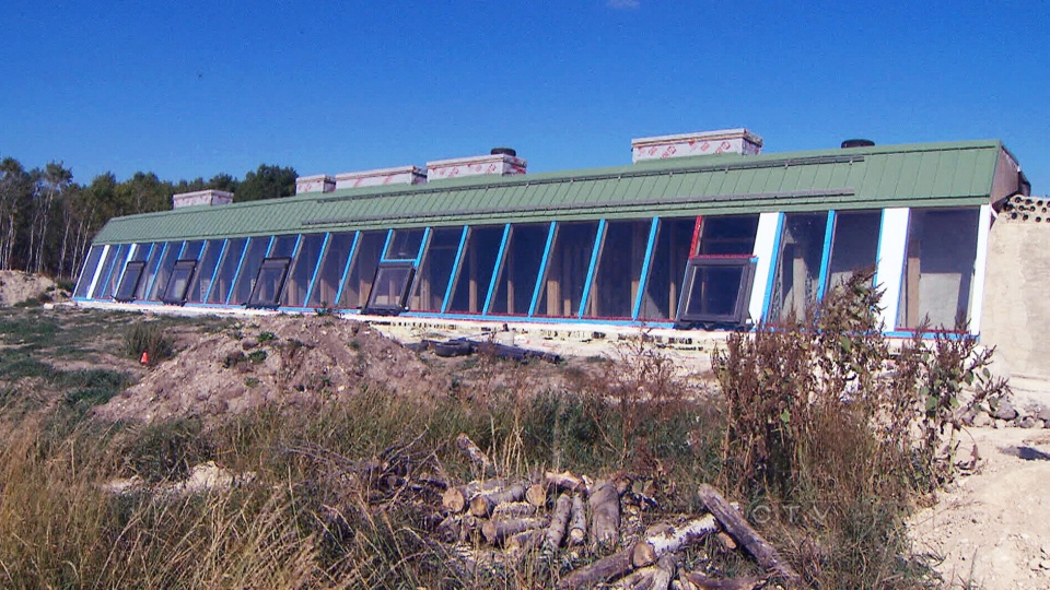 Manitoba couple builds eco friendly 39 earthship 39 house from old tires pop cans ctv news for Eco homes canada