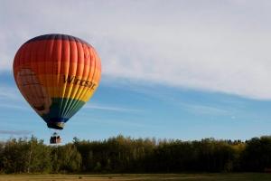 Pilot Leigh Spicer flies his hot air balloon in Edmonton, Alta., in 2007. (John Ulan / THE CANADIAN PRESS)