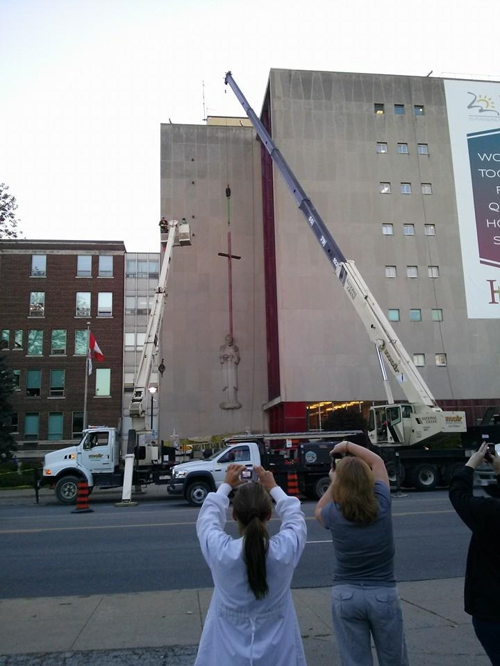 Cross removal Hotel Dieu