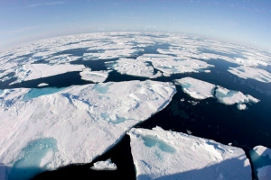 Ice floes float in Baffin Bay above the Arctic circle on July 10, 2008. (Jonathan Hayward / THE CANADIAN PRESS)