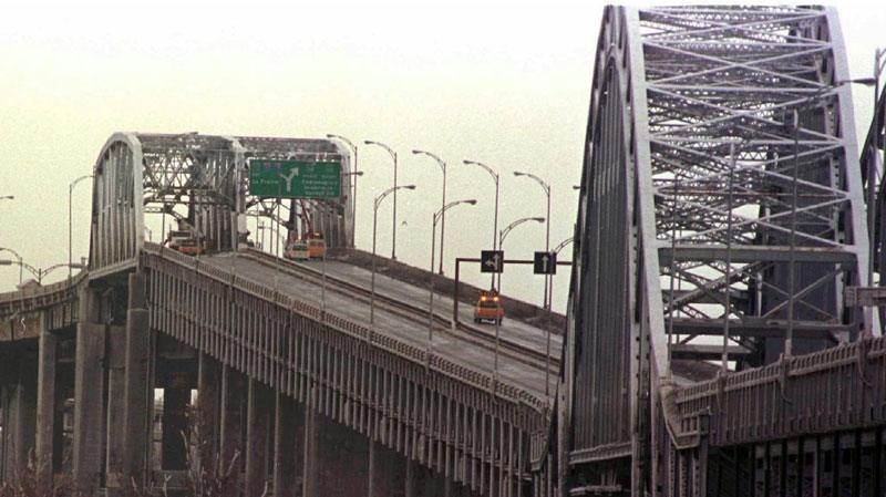 Montreal's Mercier Bridge is seen in this 1998 photo. (Ryan Remiorz / THE CANADIAN PRESS)
