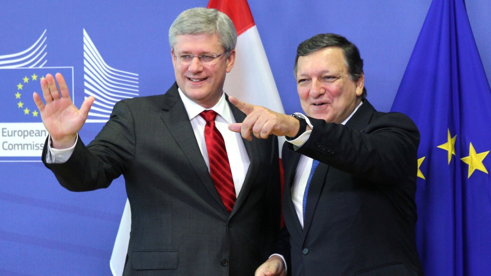 European Commission President Jose Manuel Barroso, right, points to a journalist, as he welcomes Prime Minister Stephen Harper, at the European Commission headquarters in Brussels, Friday, Oct. 18, 2013.  (AP / Yves Logghe)