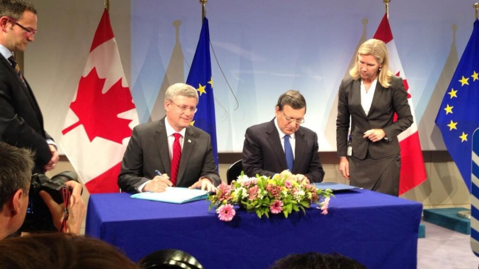 Prime Minister Harper and European Commission President Jose Manuel Barroso sign an agreement for free trade between Canada and the European Union. (Richard Madan / CTV National News)