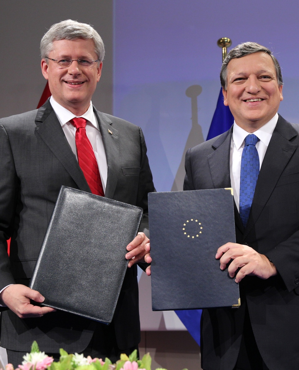 Prime Minister Stephen Harper shakes hands with European Commission President Jose Manuel Barroso smile after they conclude a signing ceremony at the European Commission headquarters in Brussels, Friday, Oct. 18, 2013. (AP / Yves Logghe)