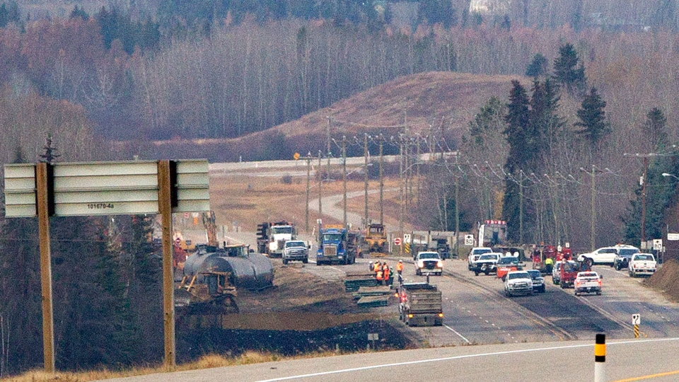 Emergency crews work at the scene of a train derailment near Gainford, Alta. on Sunday, Oct. 20, 2013. (Jason Franson / THE CANADIAN PRESS)