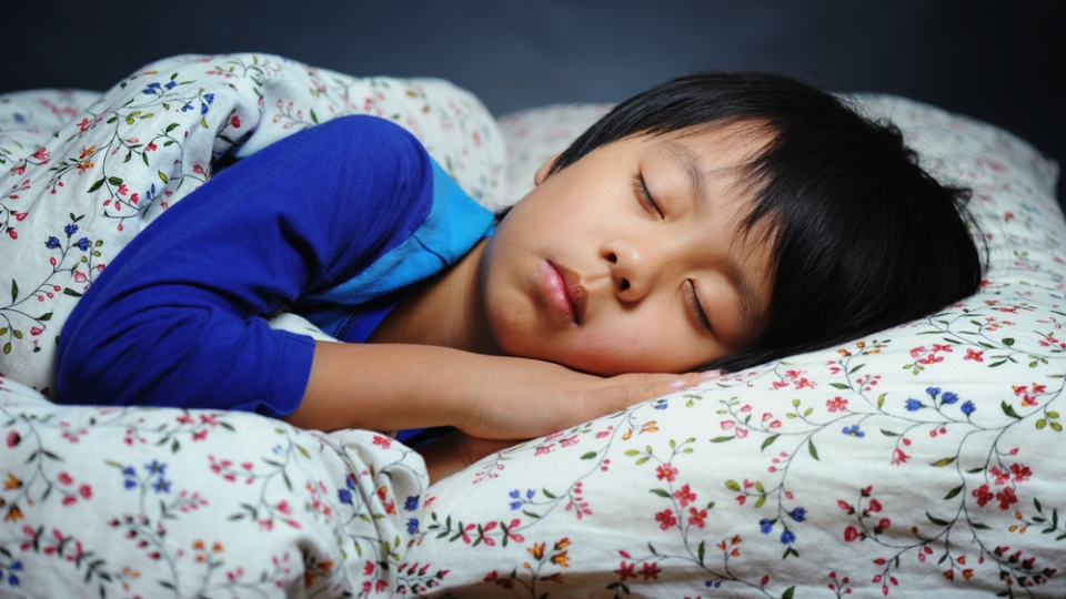 A child sleeping in bed. (Hung Chung Chih/Shutterstock.com)